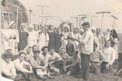 ЧБ Фото группы татар с глаблями перед сбором урожая