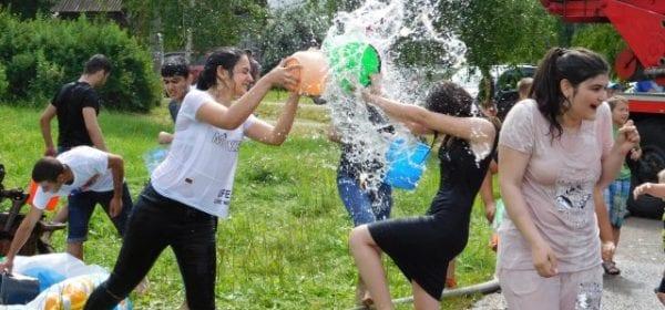 """Удмуртские армяне отметили традиционный праздник """"Вардавар"""" обливанием водой"""
