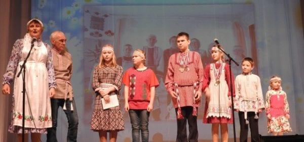 На сцене малопургинского Дома культуры ожили семейные фотографии