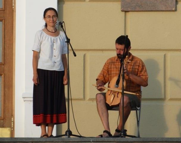 Девушка поет, а мужчина играет на кубызе