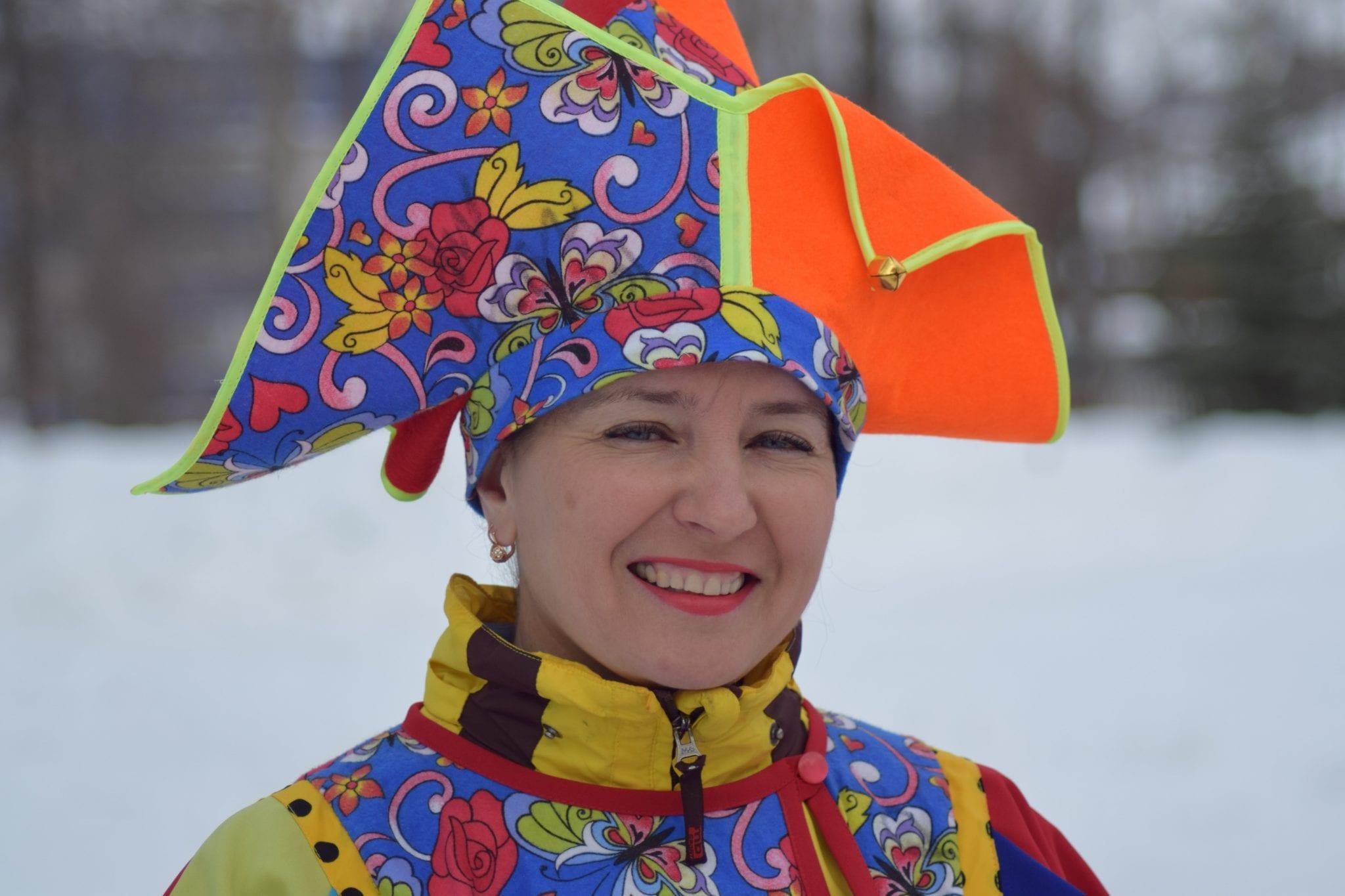 Масленица в Сарапуле, женщина в веселой шляпе