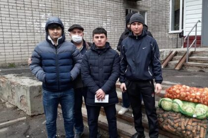 Таджики помогают продуктами нуждающимся