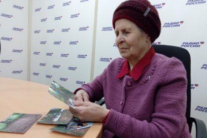 Ангелина Урасинова рассматривает фотографии