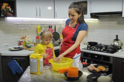 Мама с дочкой готовят еду