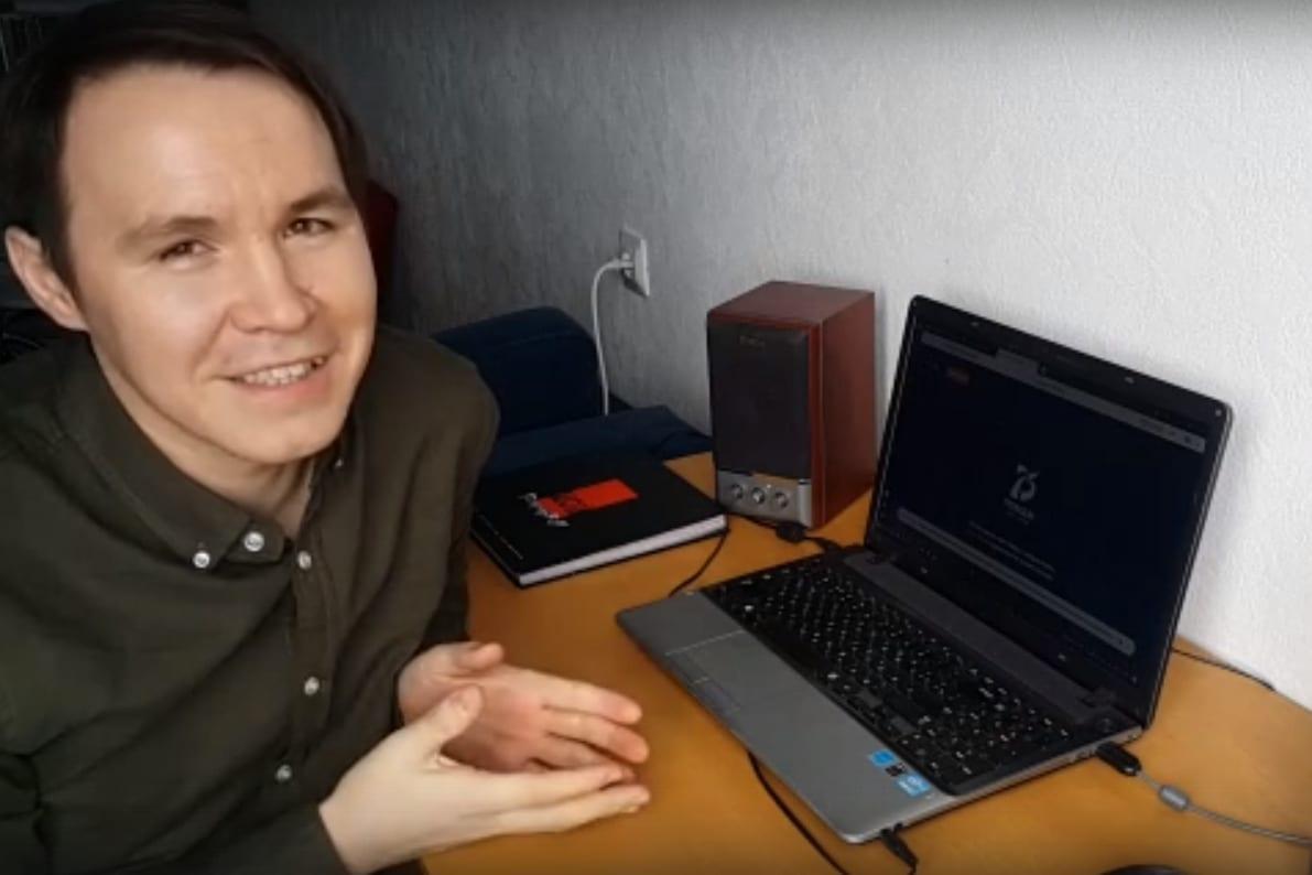 Богдан Анфиногенов перед ноутбуком