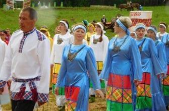 женщины в голубых платьях и мужчины в белых рубахах на празднике Гербер