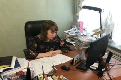 Татьяна Ишматова за рабочим столом