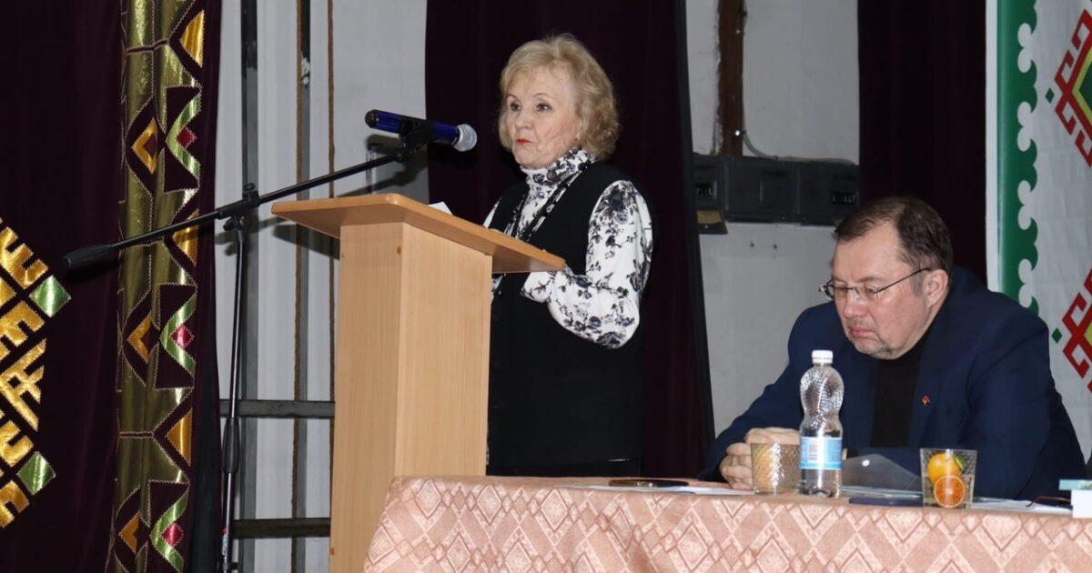 Валентина Ившина стоит за трибуной