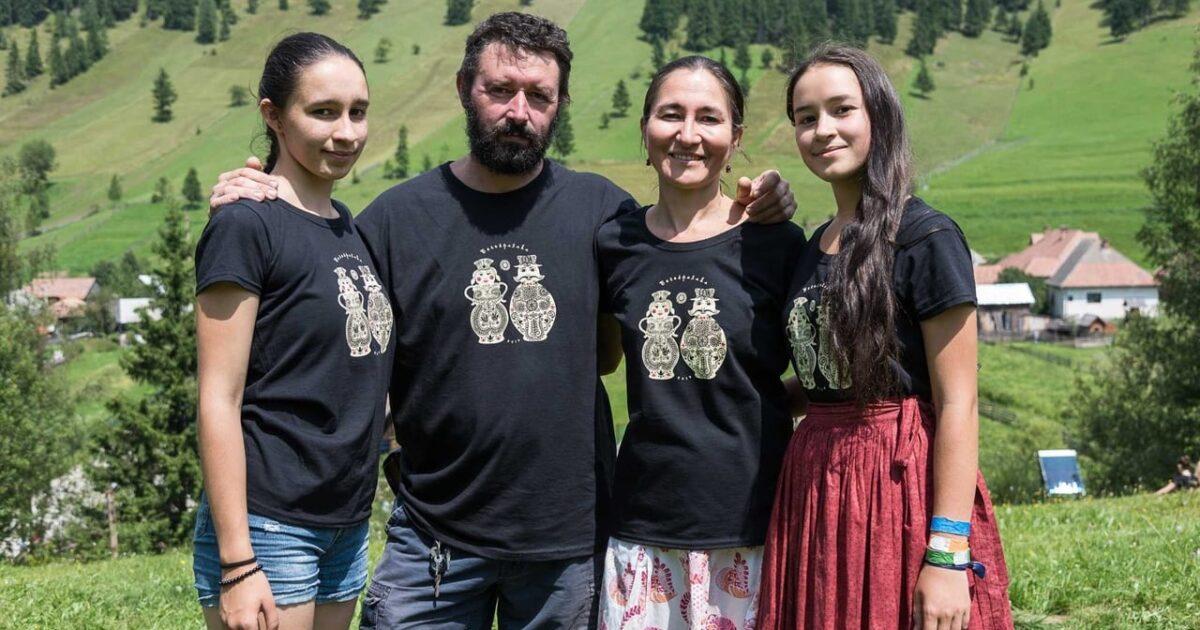 Групповое фото с Анастасией Дэметэр на фоне деревни и леса