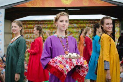 Фото девушек, одетых в платья в современном этно-стиле
