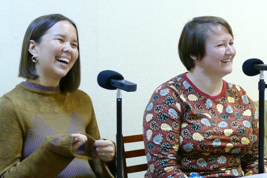 Две девушки говорят в рекордер zoom h1