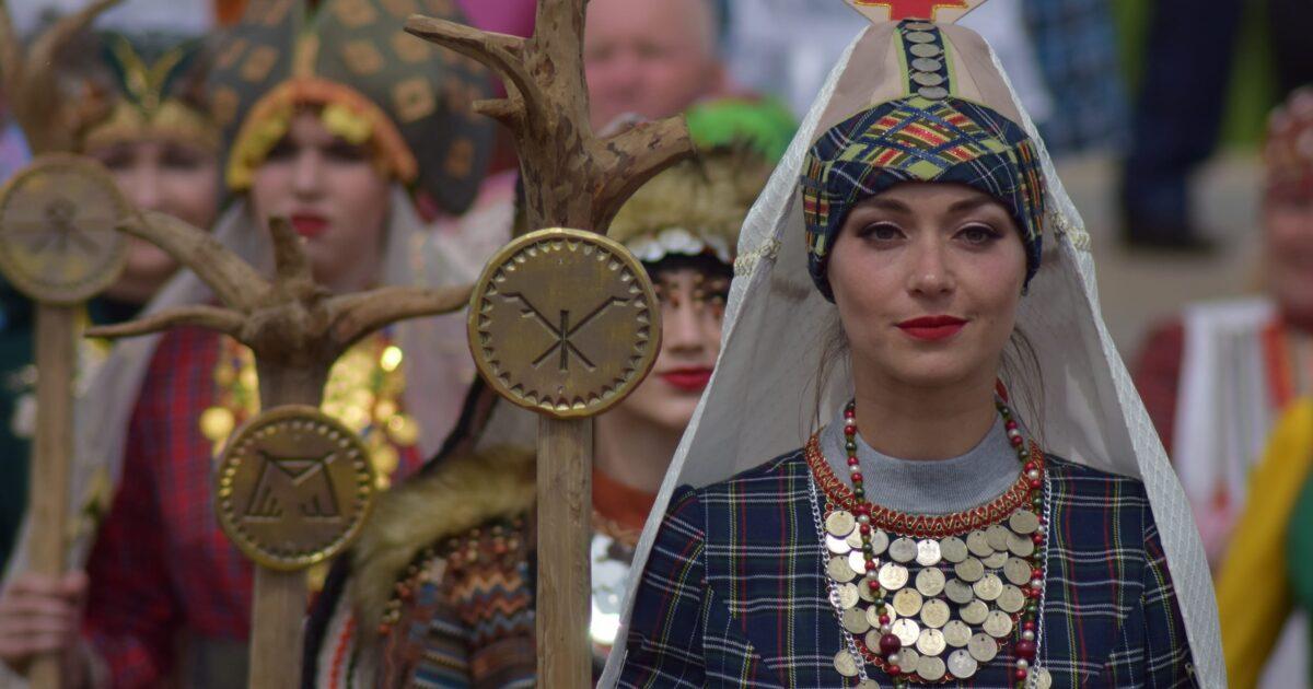 Удмуртская женщина с посохом и пронзительным взглядом