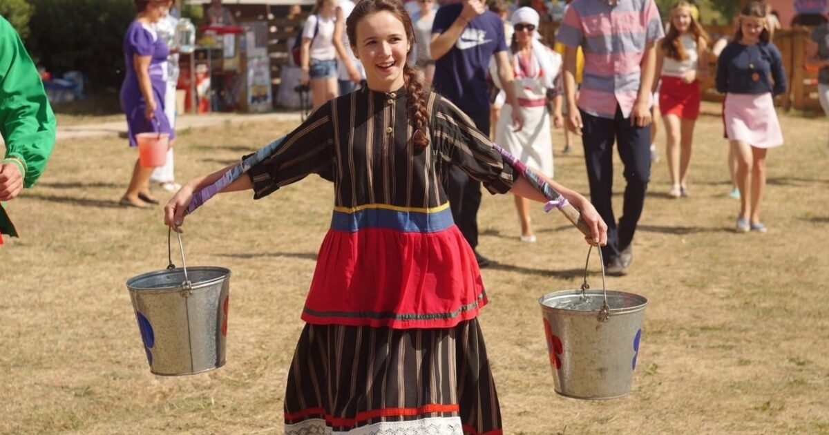 Фото девушка с коромыслом несёт воду в вёдрах