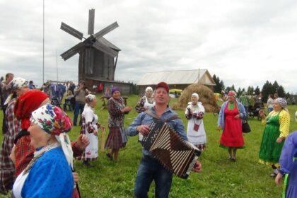 Фото гармониста на фестивале гурт фест в лудорвае на фоне мельницы и стога сена