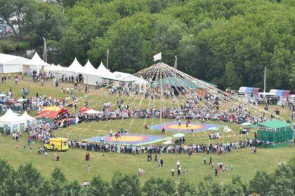 Фото огромного купола с множеством людей на празднике сева Сабантуй