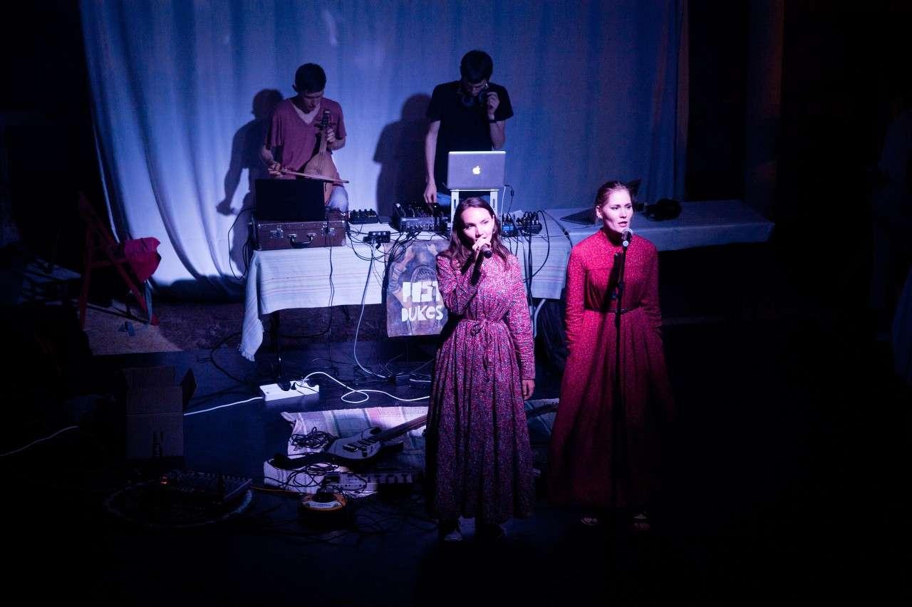 Фото группы Post-dukes, выступающей на сцене