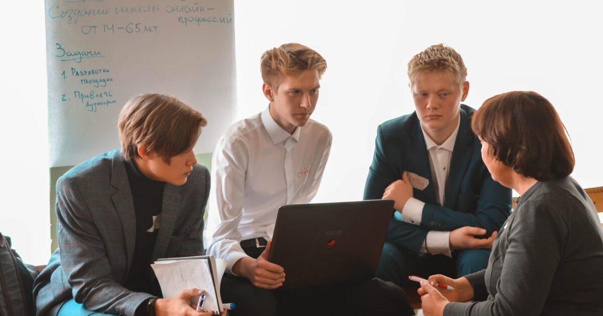 Фото школьников, обсуждающих новый проект