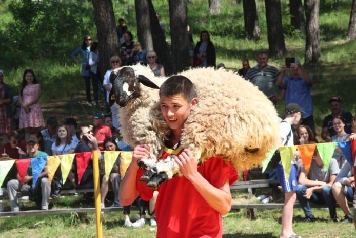 Фото с праздника Сабантуй, молодой мужчина получил призового барана