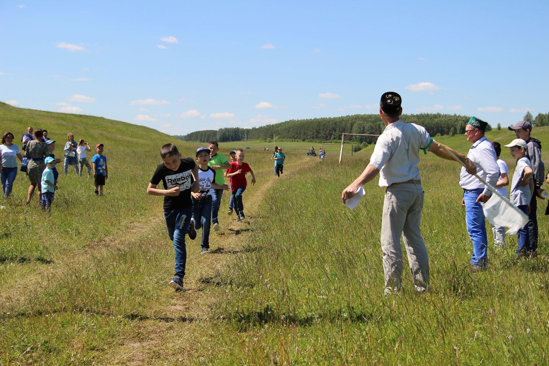 Фото с праздника Сабантуй, дети соревнуются в беге, пересекают финишную черту