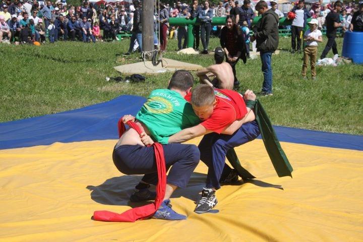 Фото с праздника Сабантуй, мужчины состязаются в борьбе, взяв друг друга за пояс