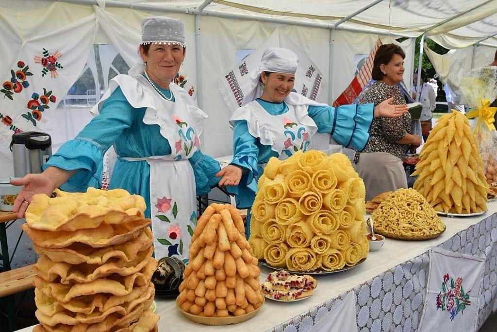 Фото лавки с разными сладостями на празднике Сабантуй, чак-чак