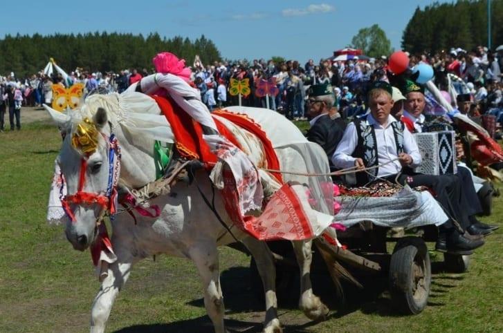 Фото с праздника сабантуй, катание на лошади в повозке