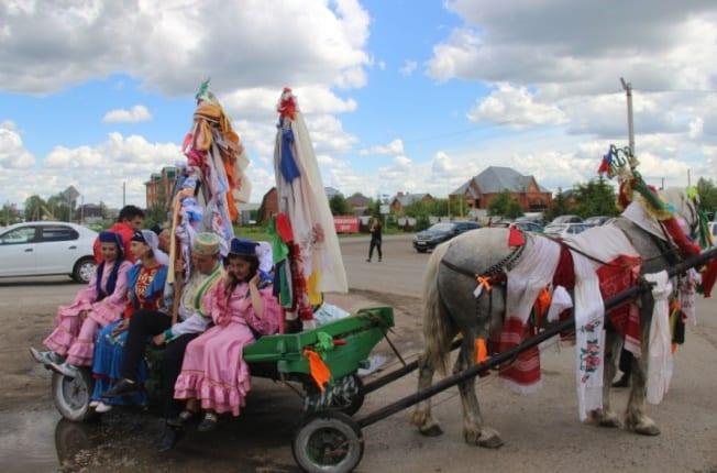 Фото с праздника Сабантуй, много людей в повозке