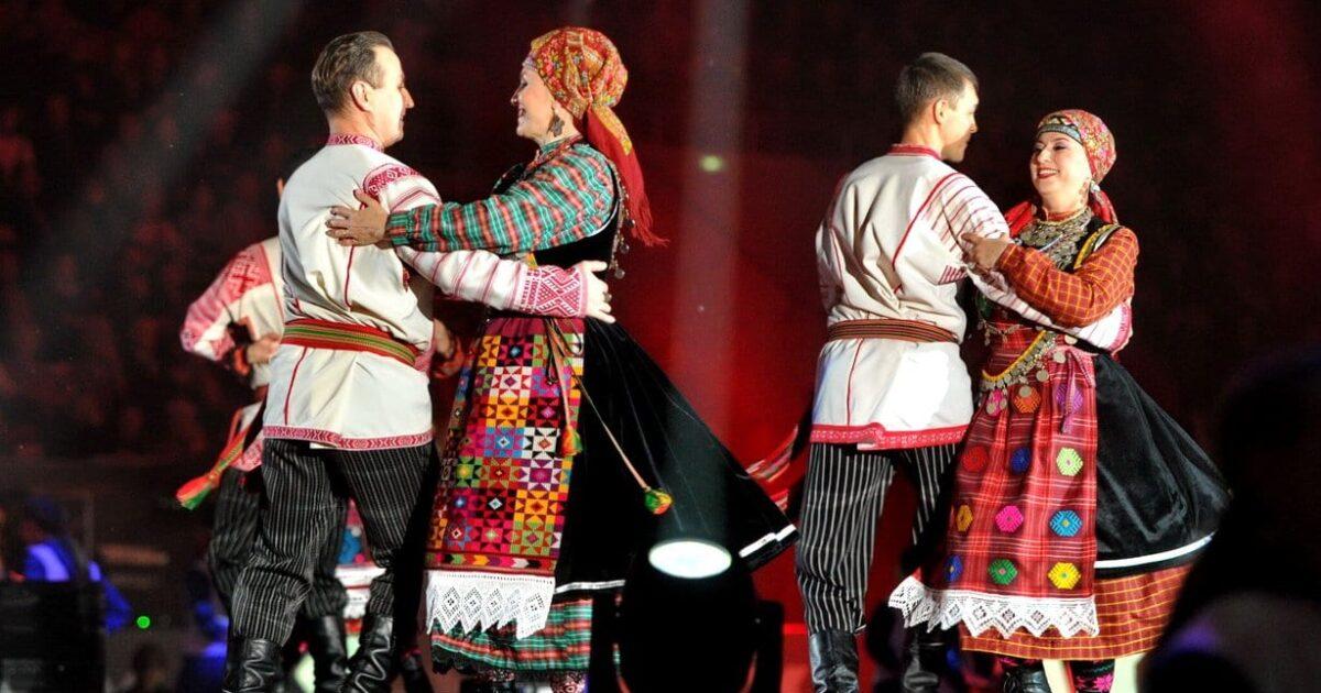 Фото две пары в нициональных удмуртских костюмах танцуют на сцене