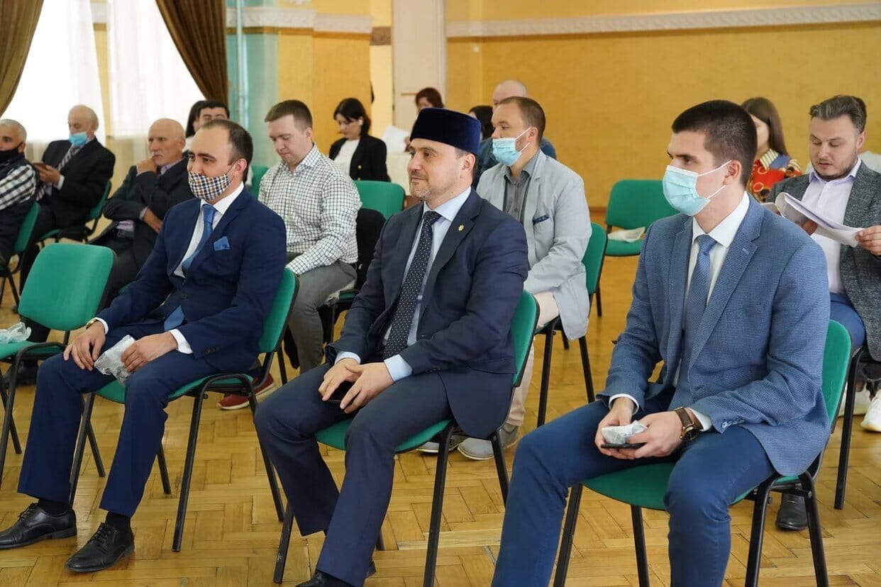 Фото мужчин на совещании в масках, посвященному татарской автономии в Москве