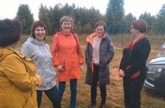 Фото женщины обсуджают строительство музея мудор