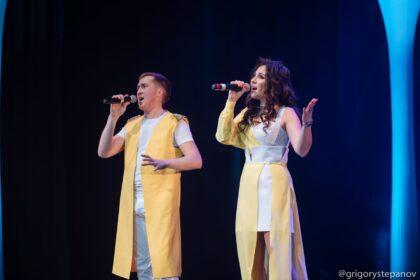 Фото Алена Тимерханова и Иван Котельников поют на сцене дк аксион