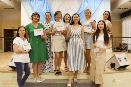 Общее фото, Вера Бера с выпускницами медиашколы для мам аныкай