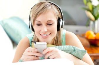 Фото девушка смотрит и слушает аудирование на удмуртском языке и улыбается