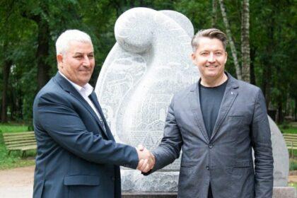 Фото Зульфигар Мирзаев и Олег Бекмементьев на фоне нового памятника