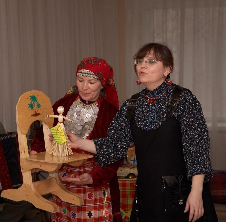 Фото две женщины студии выжыкыл показывают удмуртскую куклу-скрутку