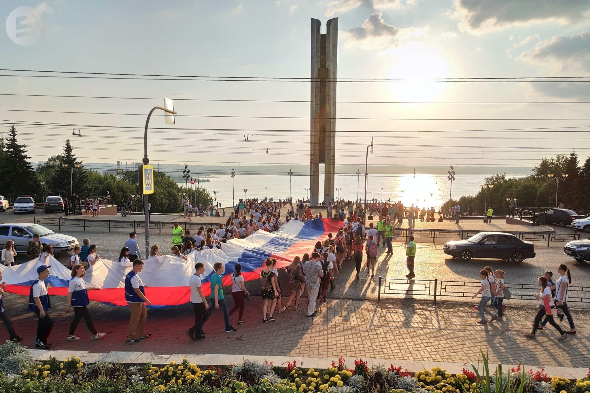 Фото удмуртский триколор несет толпа людей на набережную ижевского пруда