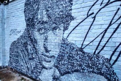 Фото стена в Глазове, расписанная граффити с изображением портрета Виктора Цоя, выполненная словами его песен