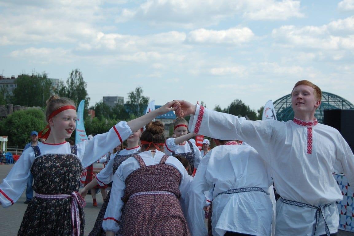 Фото с воршуда 2020, люди в национальных костюмах играют в ручеек
