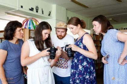 Фото отсмотр фотографий в медиашколе аныкай вместе с преподавателем