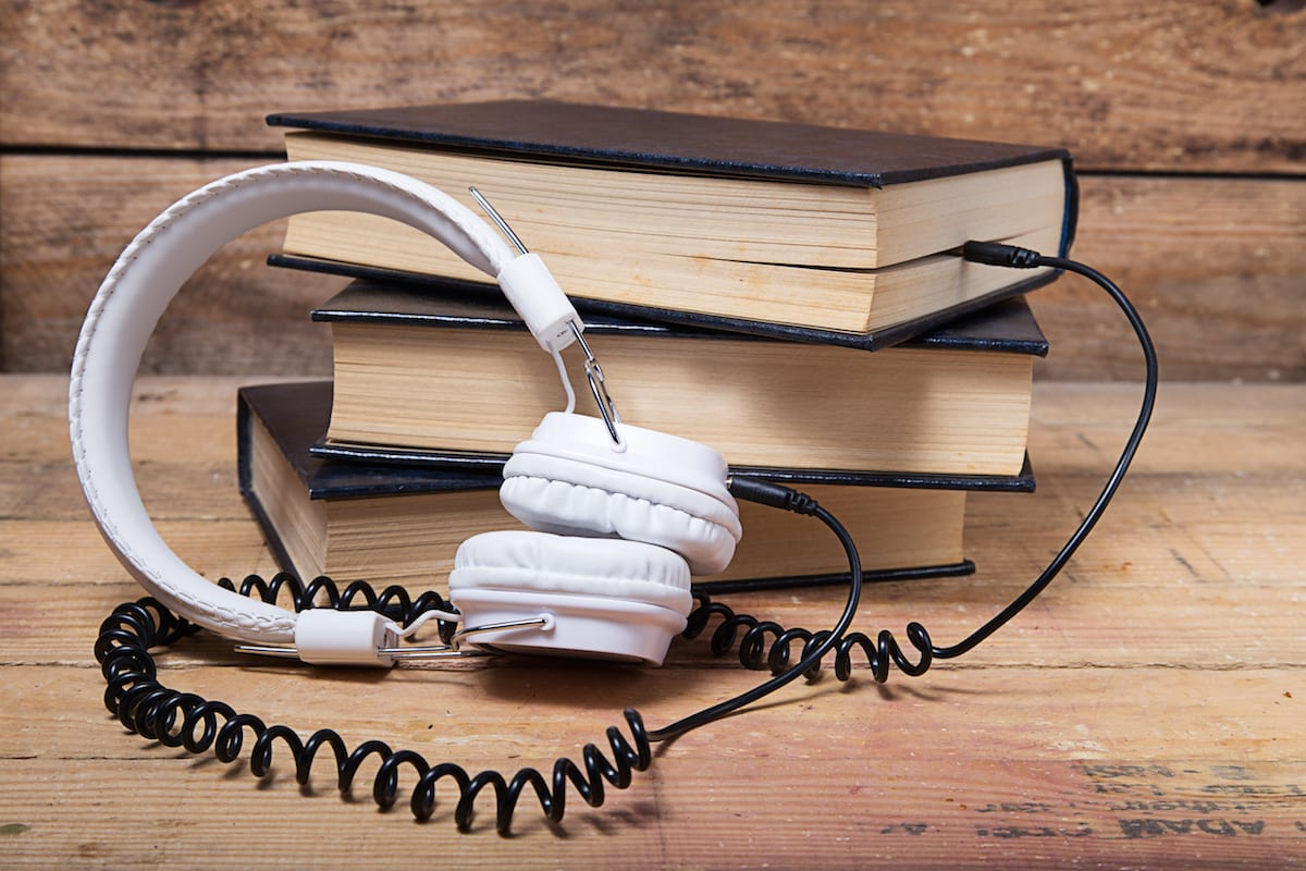 Фото закрытые наушники подключаются к книге по проводу, рассказы удмуртских писателей в аудиоформате