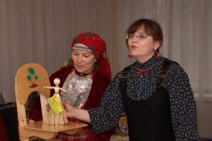 """Фото две женщины демонстрируют куклу-скрутку в языковой студии """"Выжы кыл"""" в Можге"""