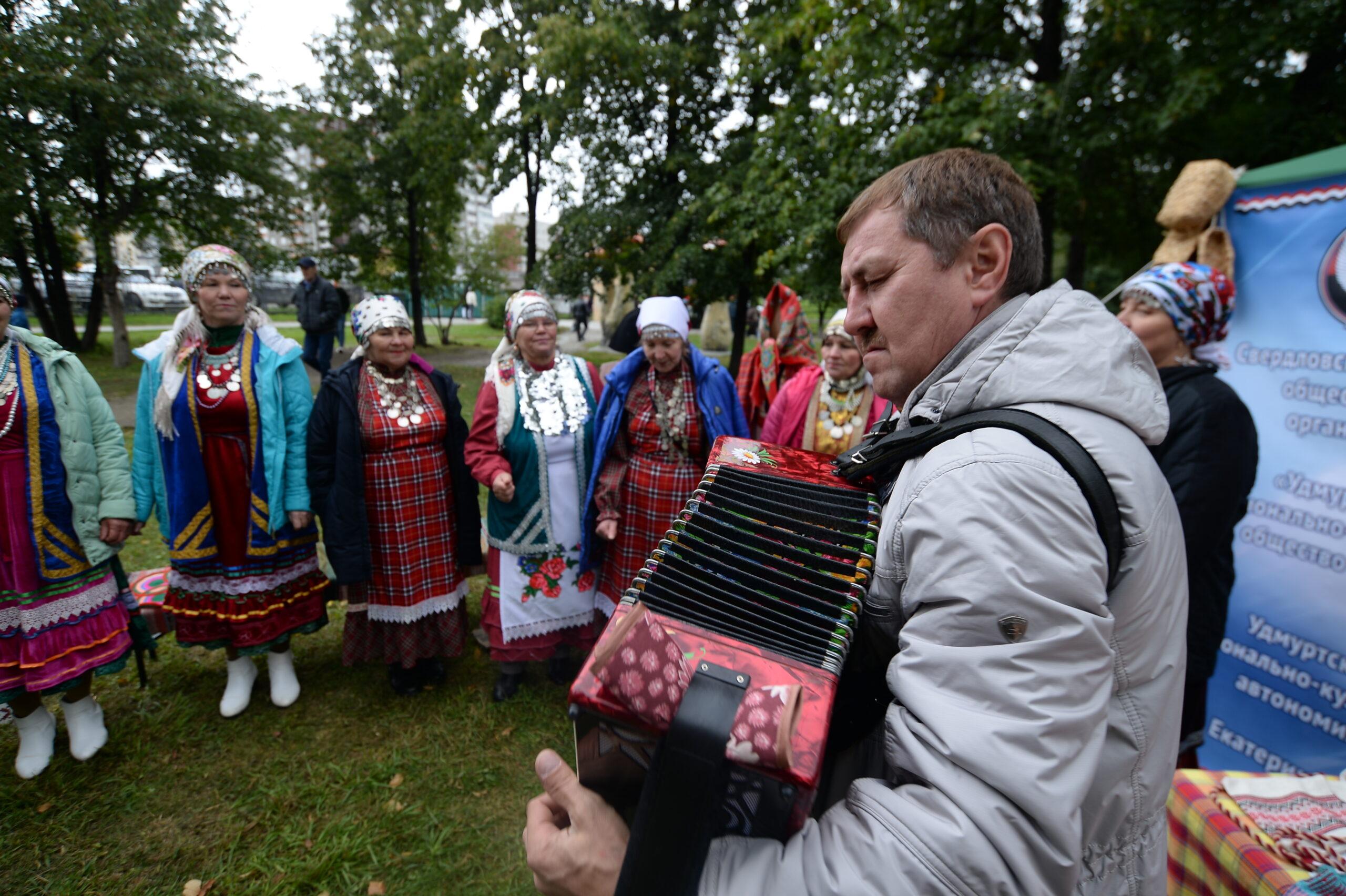 Фото Георгий Шамшияров играет на гармошке в день народов среднего Урала