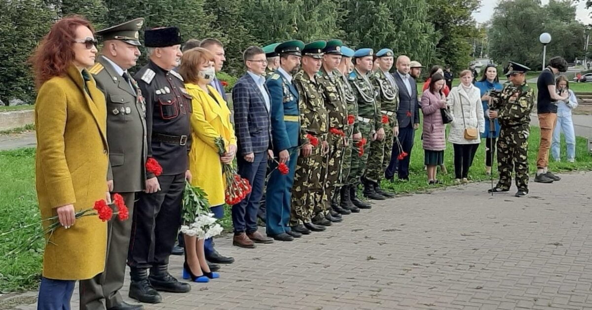 Фото акция капля жизни, люди в ширенге с цветами на минуте мочания