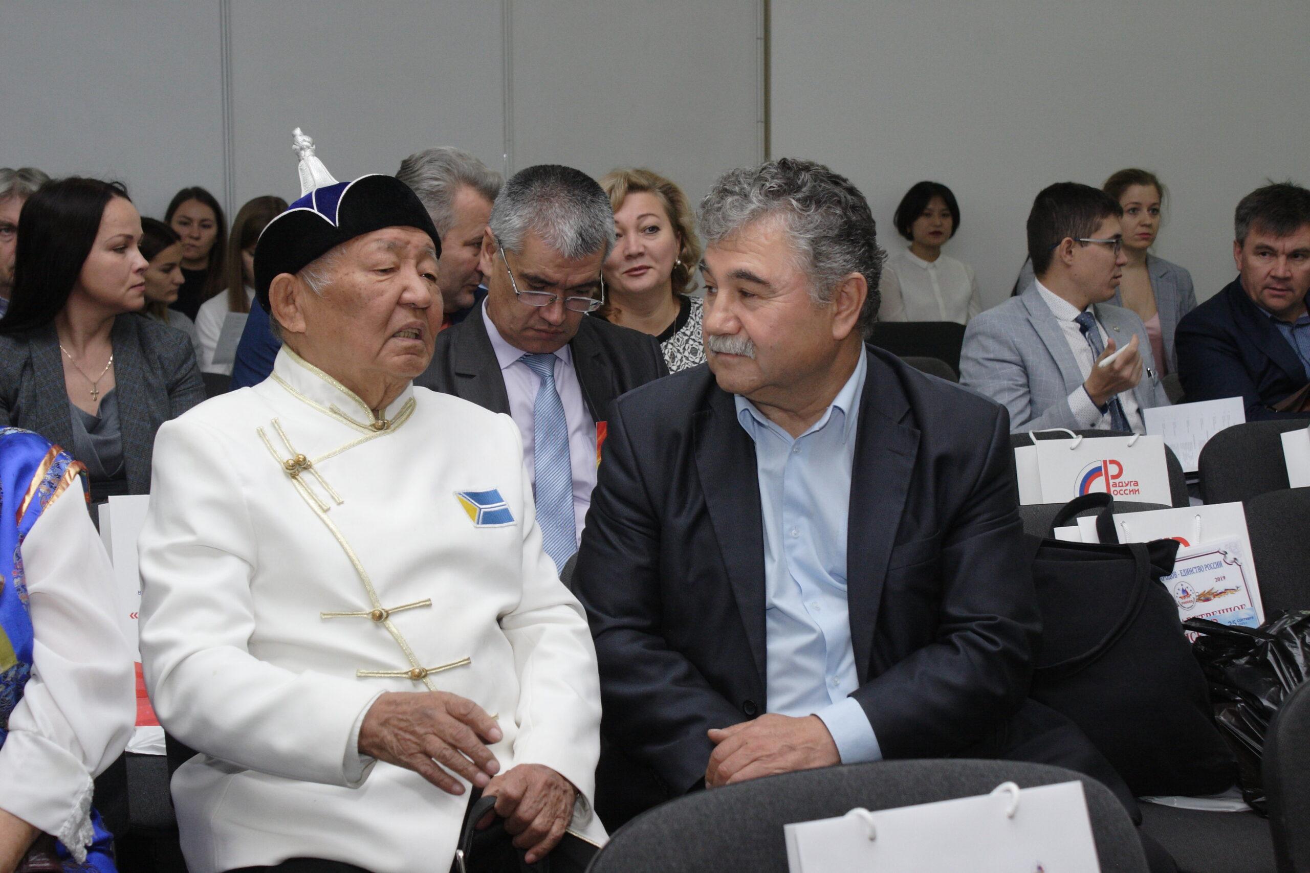 Фото мужчины разных национальностей беседуют на конгрессе народов России