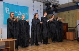 Фото люди в чёрных одеждах празднуют еврейский новый год Рош га-Шана