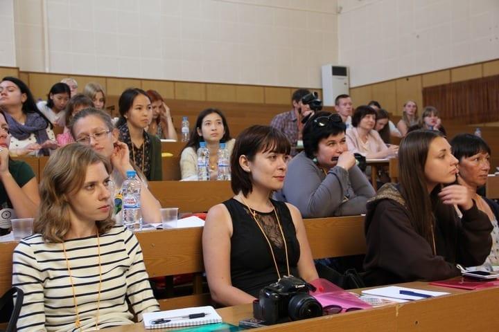 Фото студенты слушают лекцию в аудитории школы межэтнической журналистики