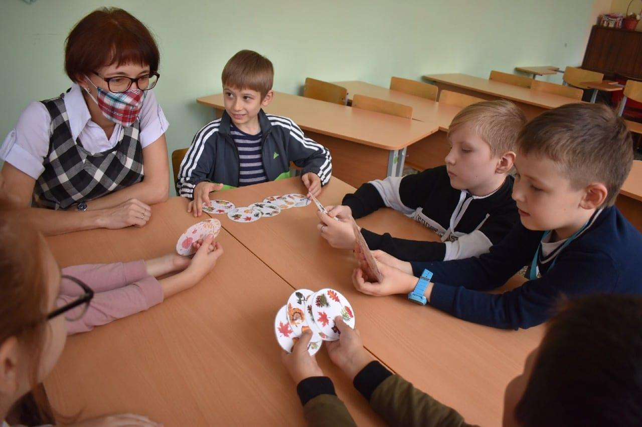 Фото детей, изучающих удмуртский язык по карточкам с картинками