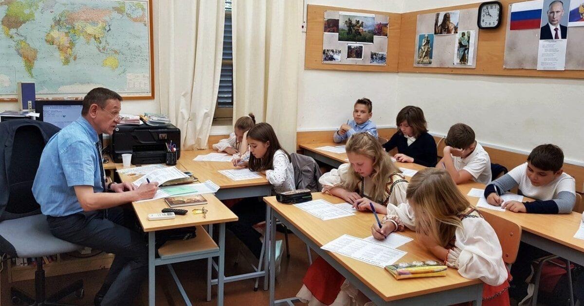Фото класса с детьми, где пишут большой этнографический диктант