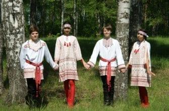 Фото мальчики и девочки в национальных костюмах в лесу у берёз