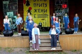 Фото девушки в синих одеждах на сцене